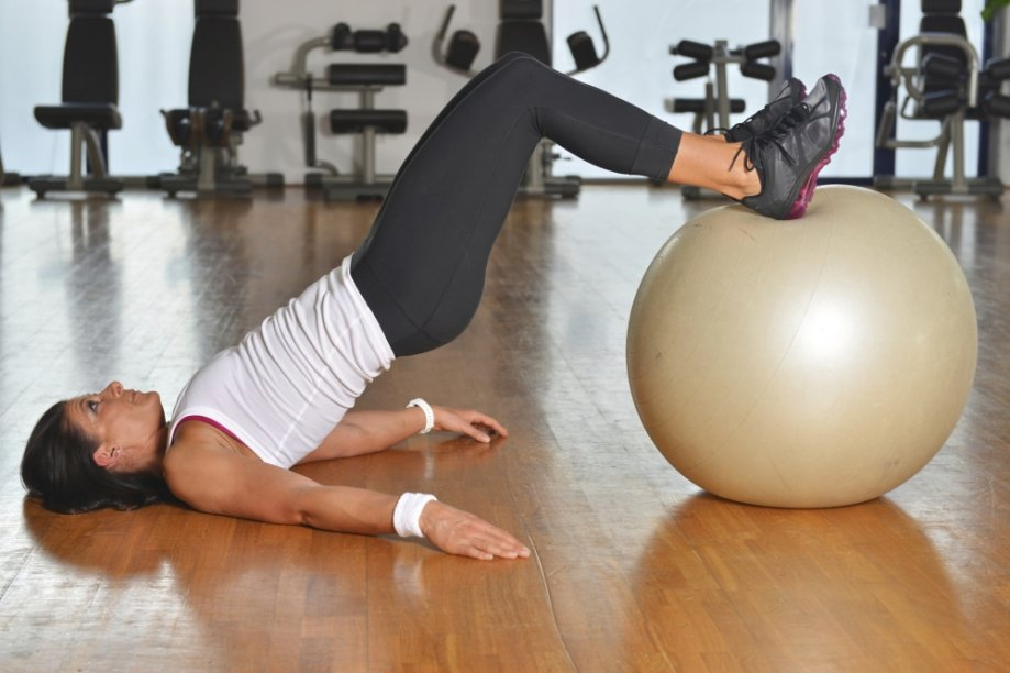Mulher praticando core training
