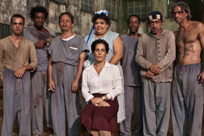 """Cena do filme """"Nise - No Coração da Loucura"""", estrelado pela atriz Glória Pires (ao centro, de branco)"""