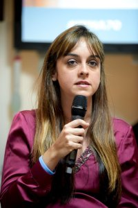 Ativista em discurso na OMS