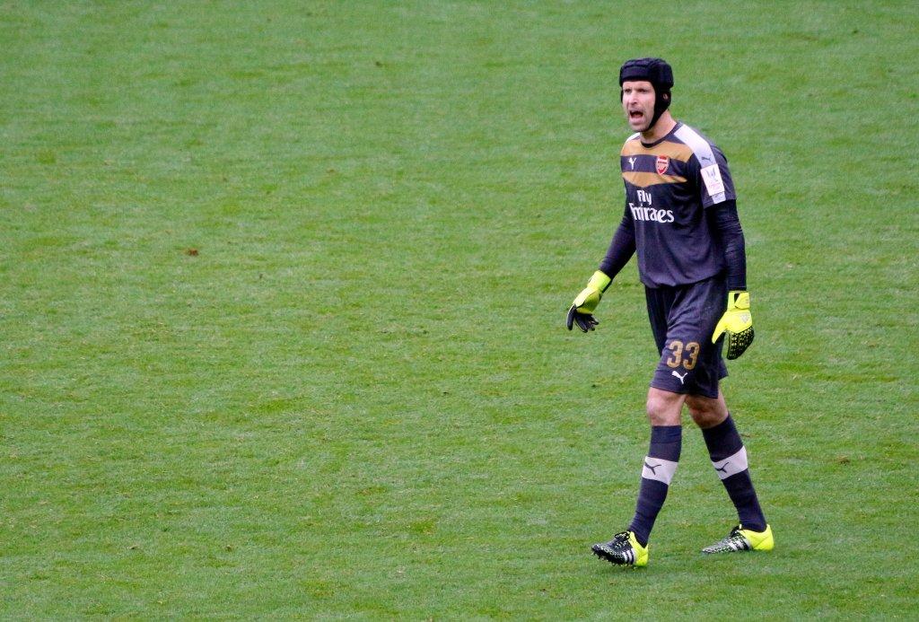 O goleiro tcheco Petr Čech, atualmente no clube Arsenal da Inglaterra, usa um capacete para se proteger. Anos atrás, ele sofreu um grave traumatismo craniano