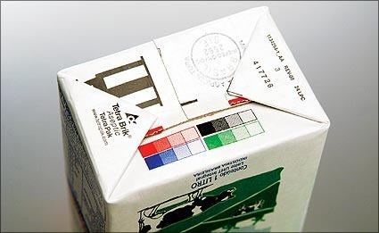 Quadrados coloridos na caixinha de leite