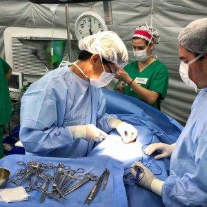 Cirurgia de hérnia inguinal realizada na expedição