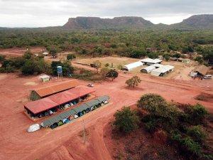 Vista aérea dos alojamentos da EDS (esquerda) e do complexo de consultórios e salas cirúrgicas (direita)