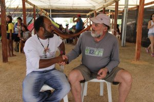 O cacique cricati João Grossá (esquerda) e o presidente da EDS Ricardo Ferreira (direita)