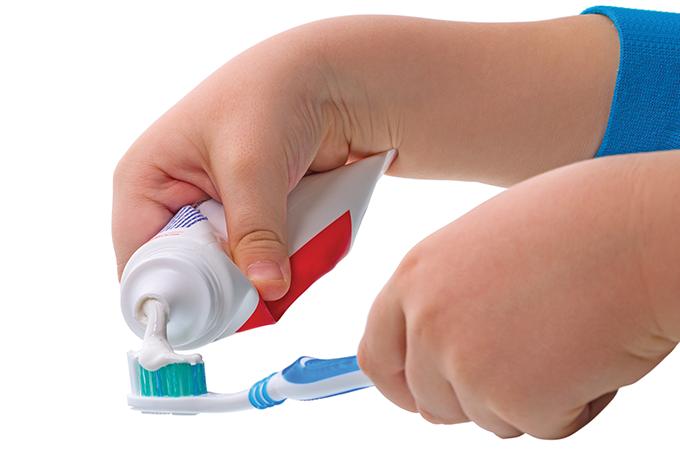 Como ensinar as crianças a escovar os dentes
