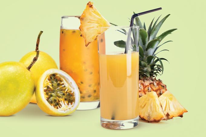 Suco de abacaxi e suco de maracujá.