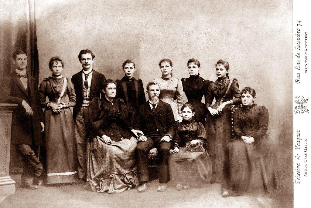 Vital Brazil com seus pais e irmãos num retrato tirado no Rio de Janeiro na década de 1890