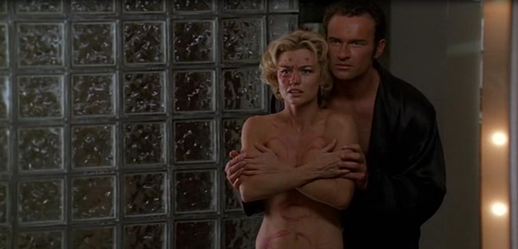 Cena de Nip/Tuck com homem abraçando mulher por trás