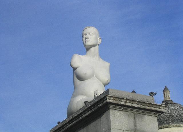 Estátua de mulher gestante