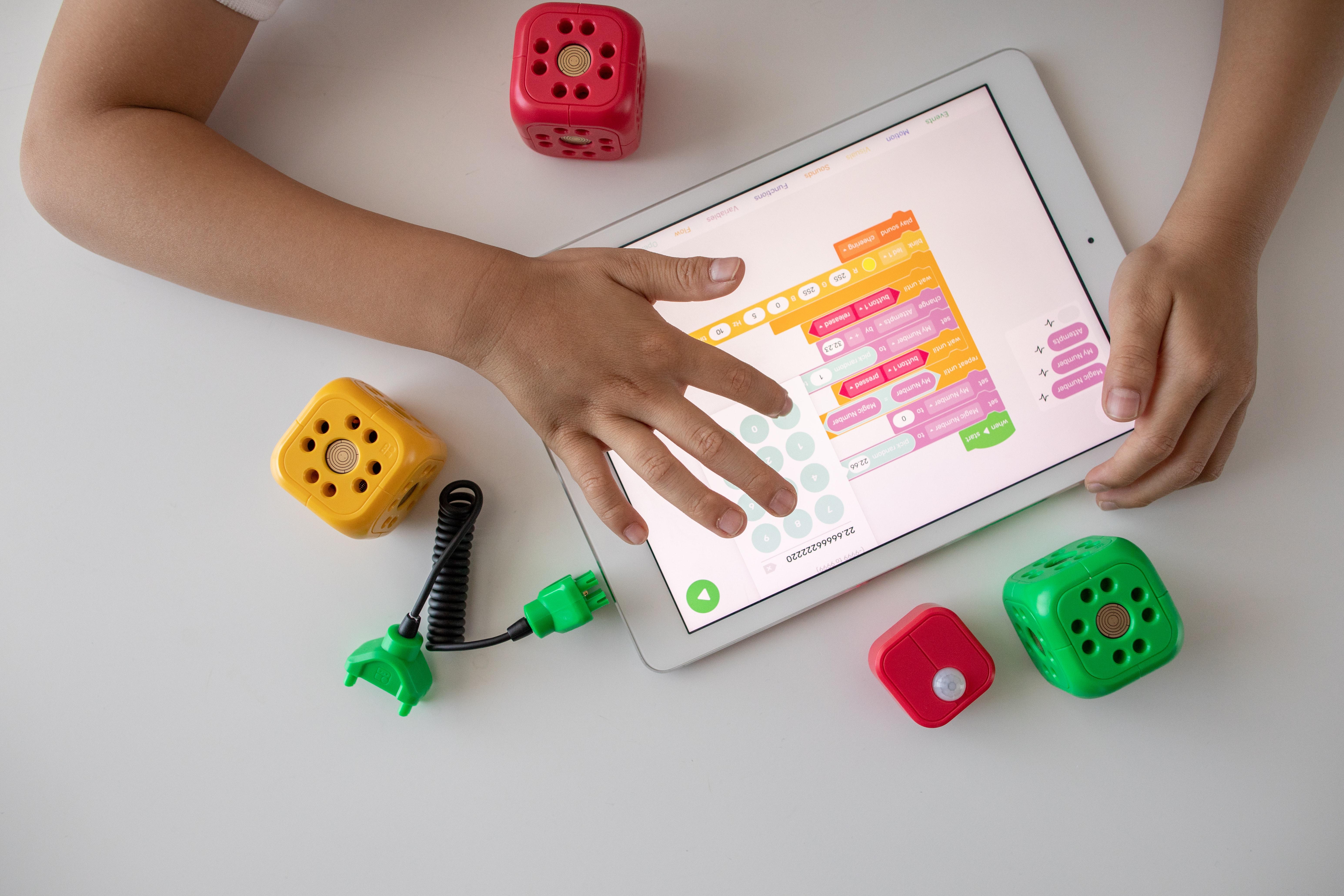 criança brincando com tablet