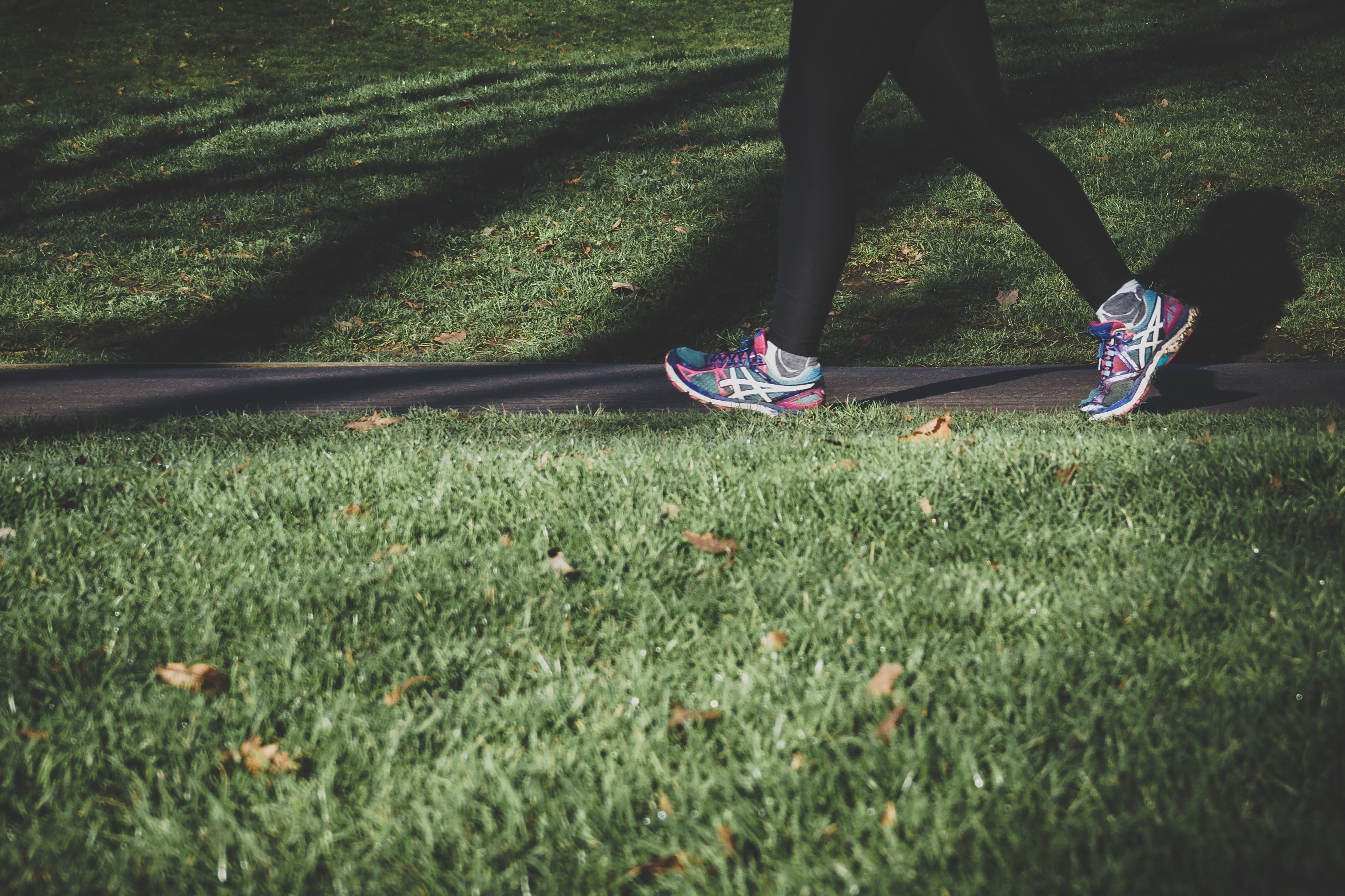 Foto de mulher caminhando na gram