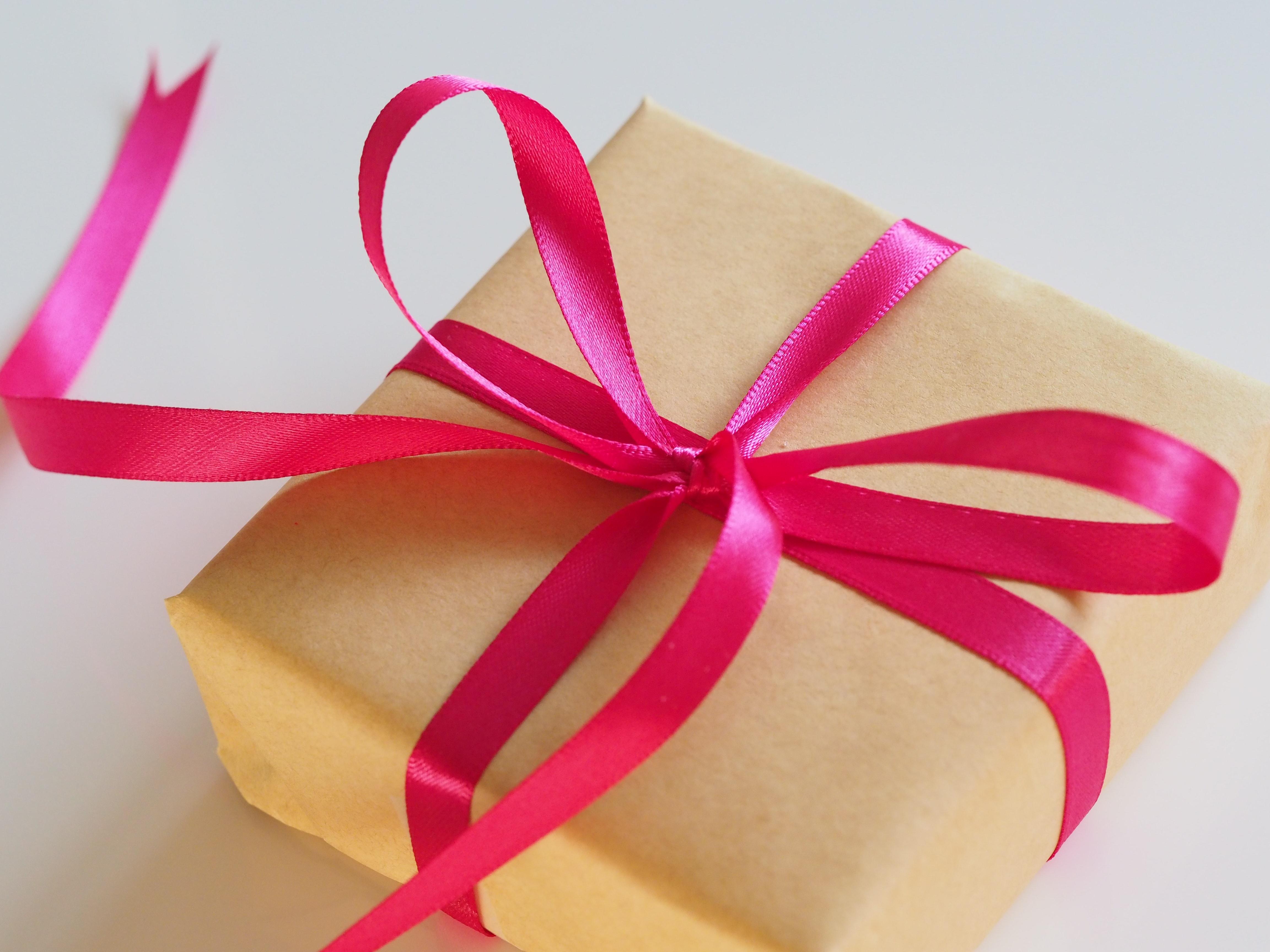 Embrulho de presente para Dia das Mães com fita rosa