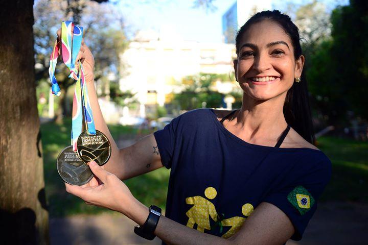 foto da atleta e idealizadora do projeto Se Mexe Tx com as medalhas de mundiais.