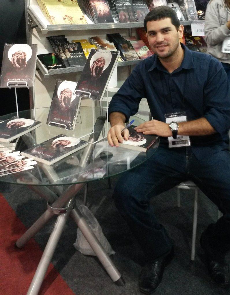 foto do escritor em noite de autógrafos de um livro