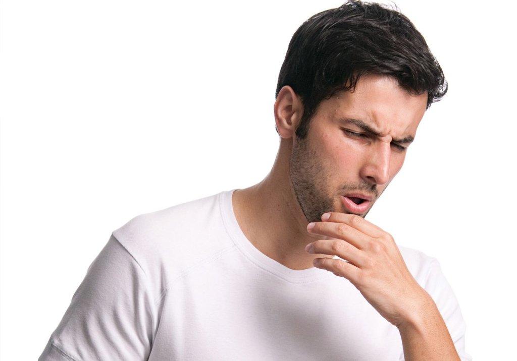 homem tossindo com gripe