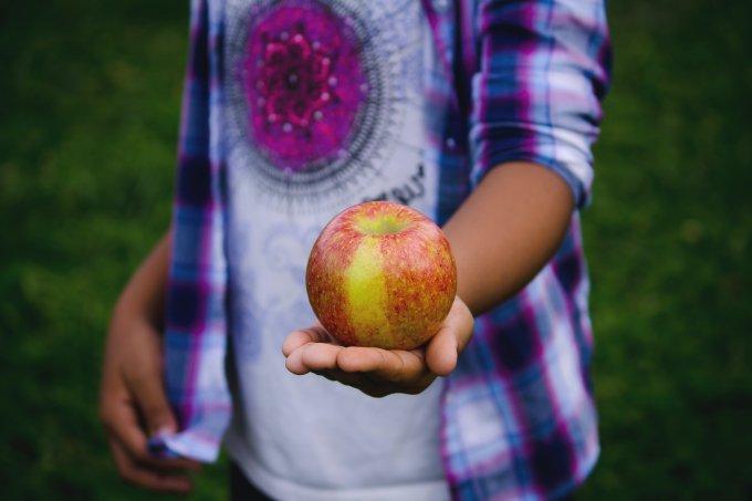 criança comer fruta